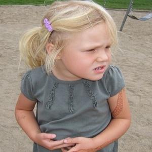 Болит живот у ребенка — основные причины