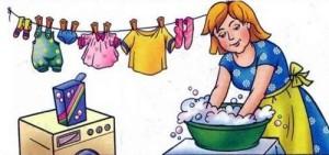 Мама стирает руками